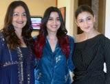आलिया भट्ट अपनी बहन पूजा भट्ट और शाहीन भट्ट के साथ