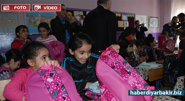 DİYARBAKIR-Türkiye Kızılay Derneği Diyarbakır Şubesi Başkanı Hikmet Hamzaoğulları, Diyarbakır'ın Sur ilçesinde bulunan İskenderpaşa İlkokulu'ndaki bin öğrenciye çanta ve kırtasiye malzemeleri yardımında bulundu.