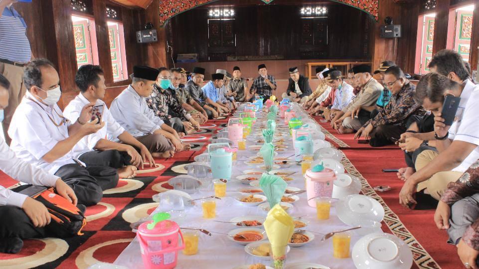 Para peserta acara acara Sosialisasi Persiapan Pemajuan Kebudayaan saat menikmati kuliner tradisi, Balai Adat Nagari Koto Gadang Koto Anau, Kamis 4 Februari 2021. (Dok. Istimewa)