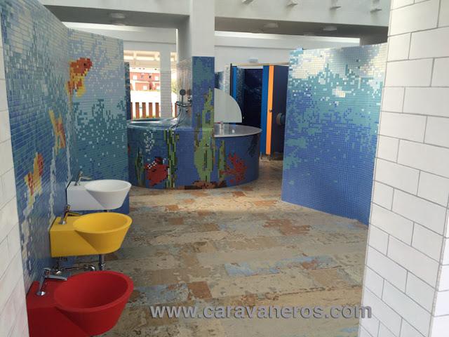 Foto de la Zona infantil de los nuevos baños del Delfín Verde | caravaneros.com