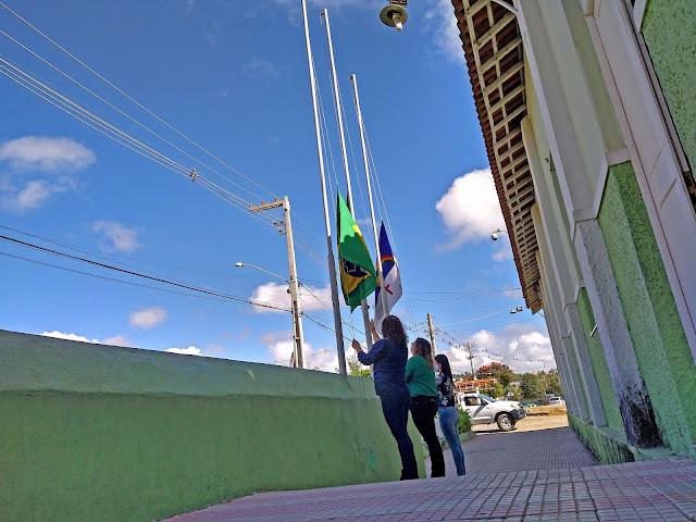 Em Bom Jardim - PE é realizado o hasteamento das bandeiras