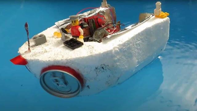 Youtuber cria barco elétrico a partir de itens do lixo