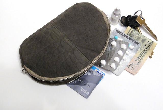 Косметичка кошелек в стиле минимализм: входят карточки, таблетки, ключи и деньги. Плавная молния - надежный замок