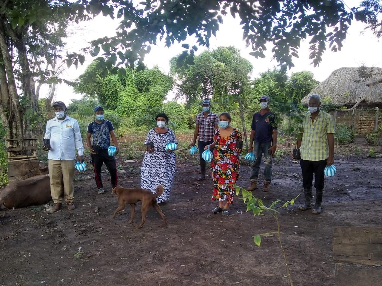 hoyennoticia.com, Vecinos de la zona recibiendo árboles e insumos