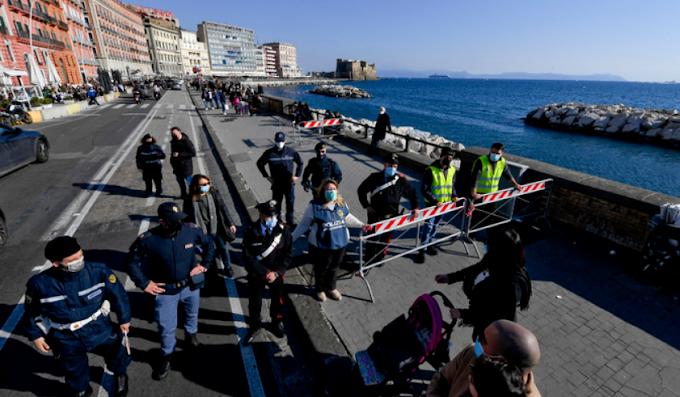 Scene di folla sul lungomare di Napoli