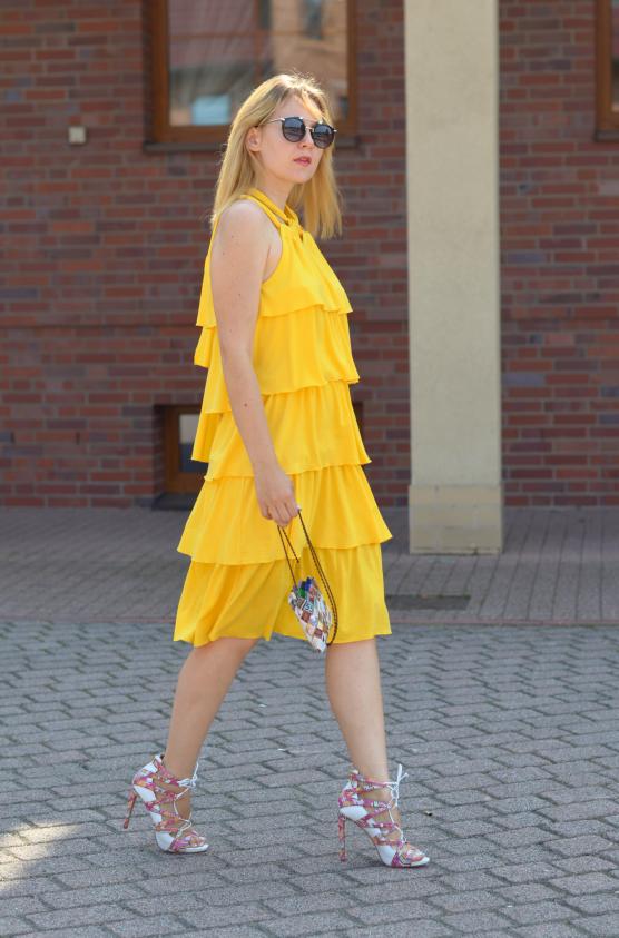 Żółta sukienka w falbany Yellow frill dress sandały Kazar