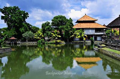 Kolam disekitar kompleks Pura Taman Ayun - Backpacker Manyar