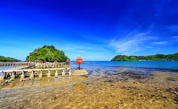 Pantai di Padang, Sumatera Barat