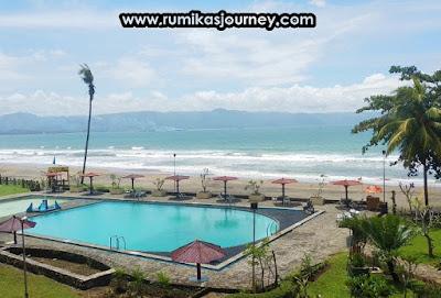 kolam renang dan pantai di grand inna samudra beach hotel