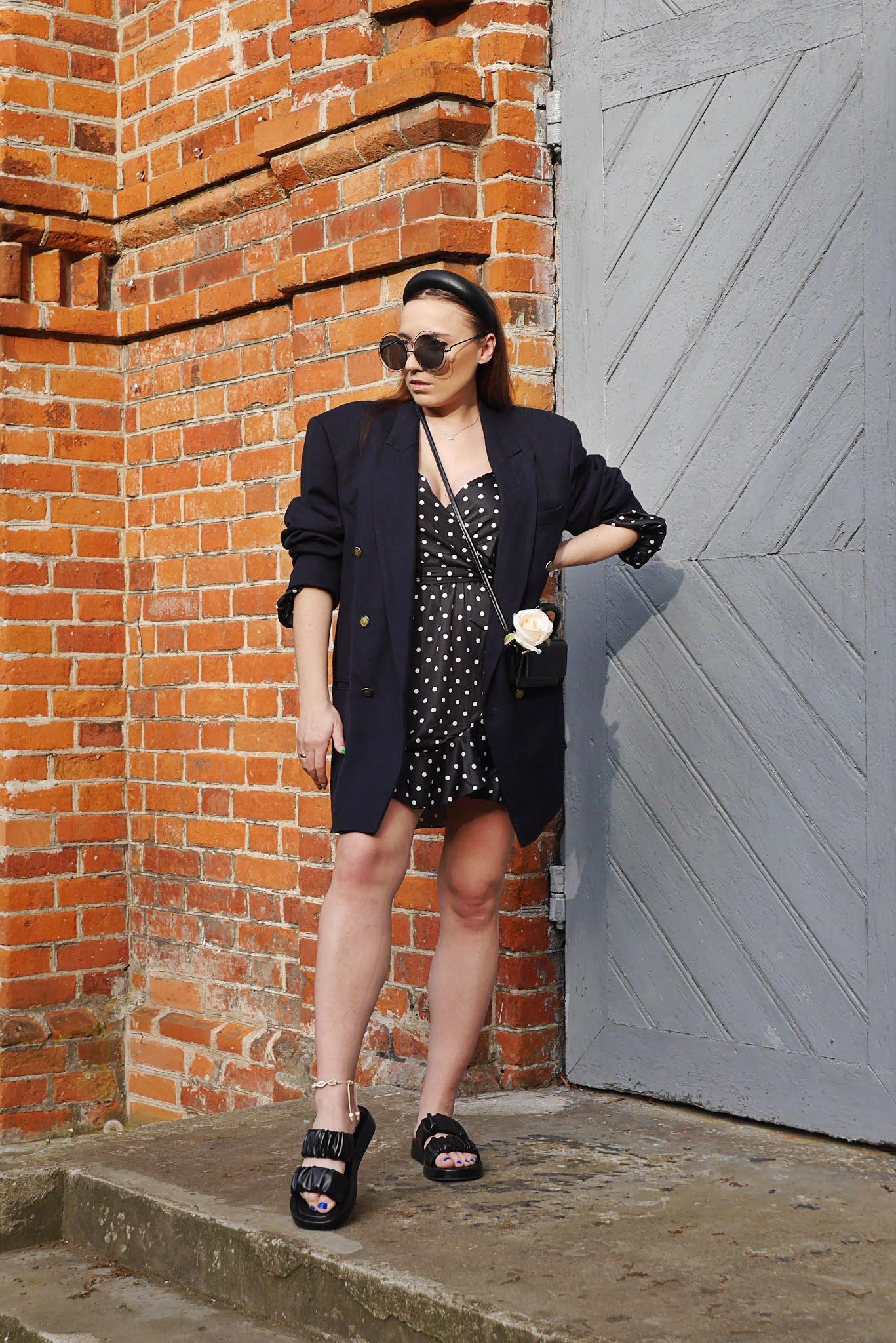 blog modowy blogerka modowa karyn puławy sukienka w kropki femme luxe oversizowa marynarka giorgio armani duża opaska do włosów okulary klapki ccc mała torebka stylizacja letnia stylizacja +30 stylizacja ciążowa bransoletka z muszelek