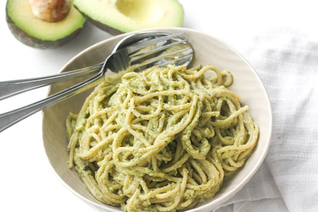 Paste cu sos pesto cremos cu avocado