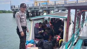 Anggota Personil Pos Pelabuhan Tanjung Batu, Polsek Badau Polres Belitung Tanamkan Kewaspadaan Terhadap Penumpang Kapal