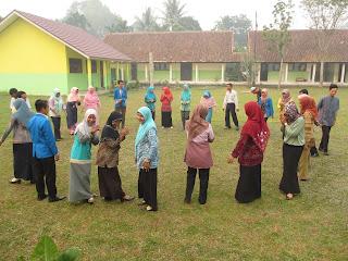 belajar aktif di halaman sekolah