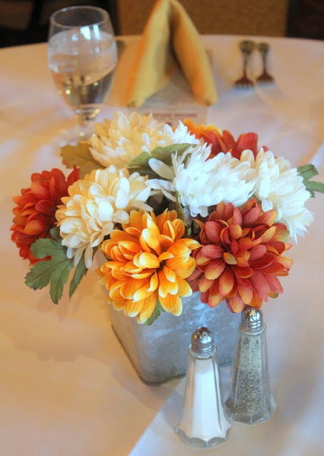 Real or faux? Either way, I love this flower arrangement.