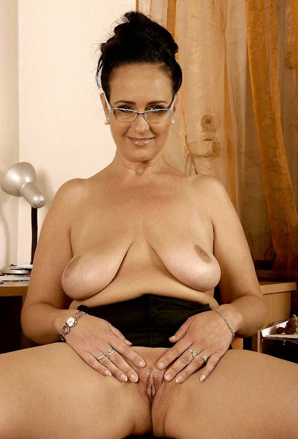 Nacktbild von leeren und ausgesaugten Brüsten