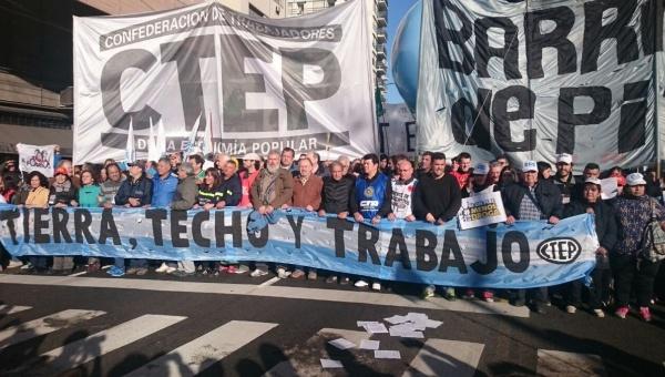 """Argentinos marchan para exigir """"Paz, Pan, Tierra, Techo y Trabajo"""""""