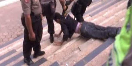 Aksi Mahasiswa di Depan Istana Ricuh, Ketua KAMMI Ditangkap, 5 Orang Masa di larikan ke Rumah Sakit