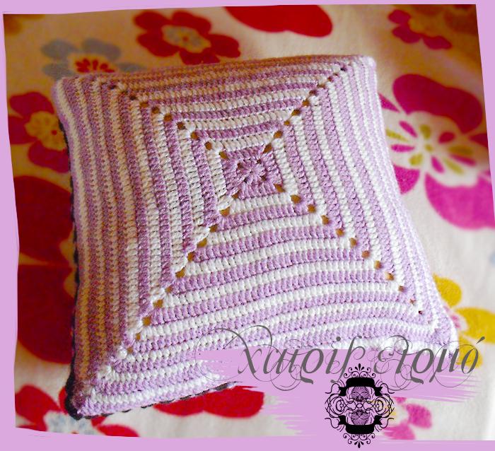 Μαξιλάρι καναπέ πλεκτό με βελονάκι σε χρώματα λευκό λιλά και μαύρο