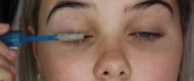 Oleskan maskara pada bulu mata