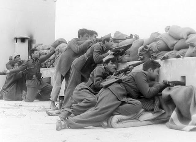 En primer término Antonio Pérez combatiendo en T'Zelata (Foto de Pepe Sabater)  Juan López Moreno se estableció en Sidi Ifni (Foto de su hermano Sotero)