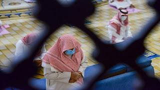 السعودية تغلق 12 مسجدا بسبب إصابات كورونا بين المصلين