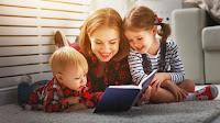 Мама читає дітям