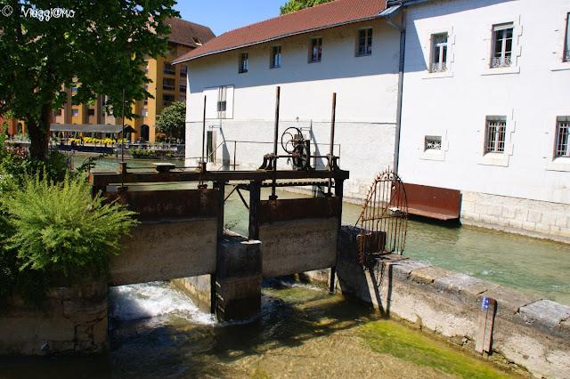 Chiuse e canali nel centro di Annecy