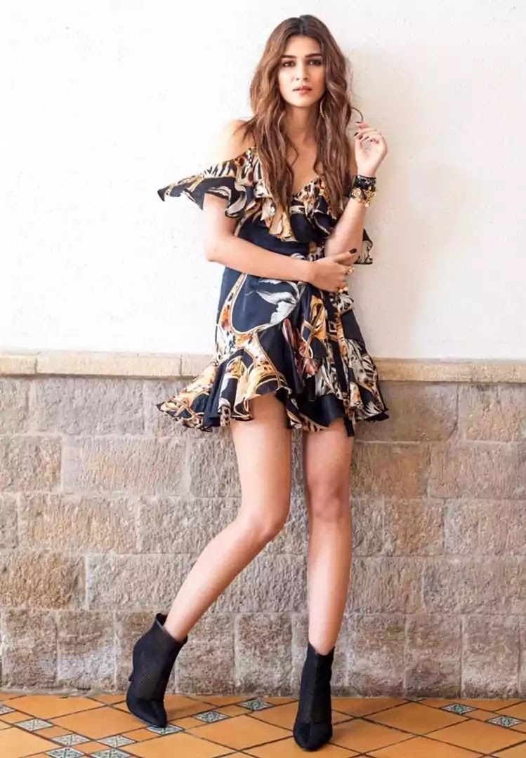 kriti-sanon-hot-looks-in-black-short-dress