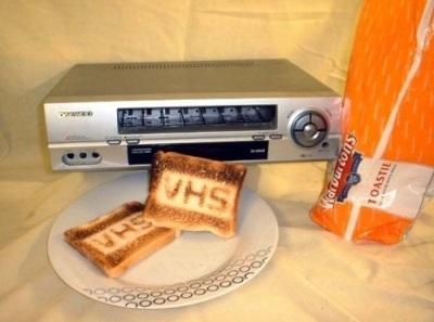 VHS player diubah menjadi pemanggang roti (toaster).