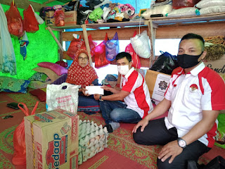 Peduli Korban Kebakaran di Desa Darit, Ormas Ladatu Kalbar Salurkan Bantuan