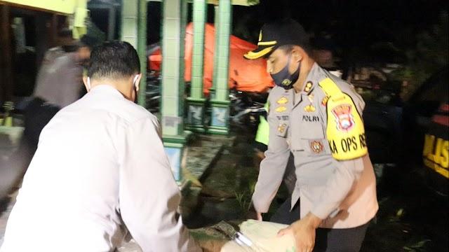 Kapolres Lumajang Salurkan 200  Sak Semen Kepada Warga Terdampak Gempa