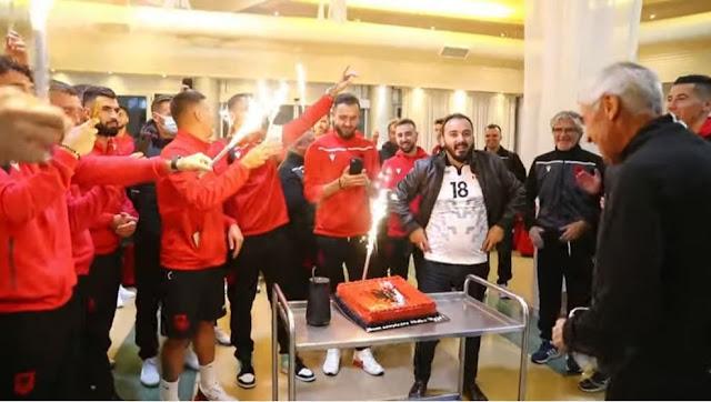 La squadra albanese sorprende Edi Reja nel giorno del suo compleanno dopo la vittoria con l'Ungheria
