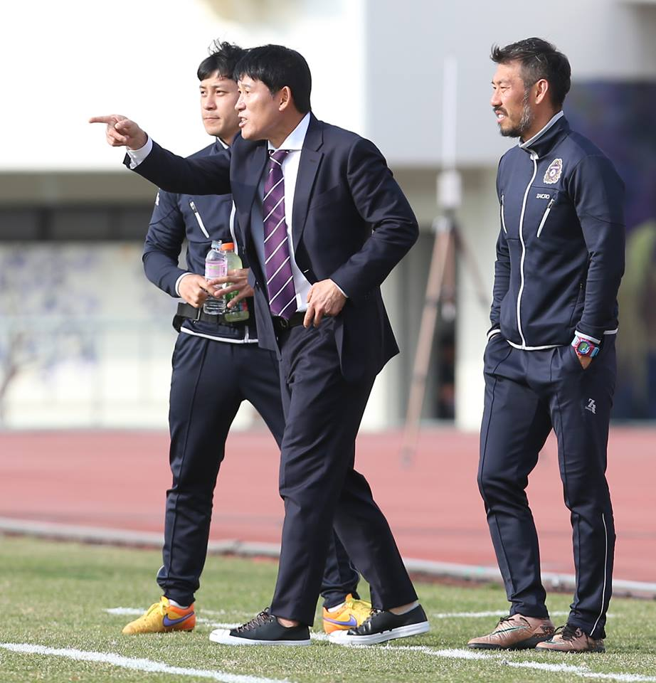 FC Anyang Manager Ko Jeongwoon instructing his players