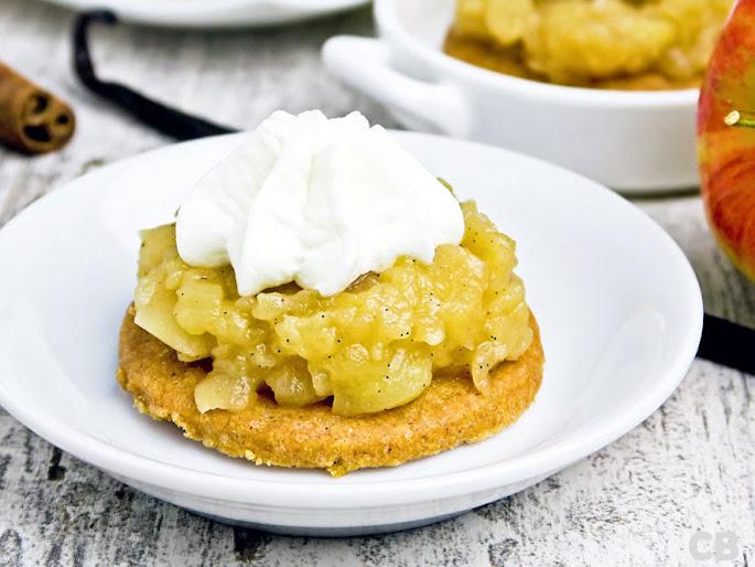 Mini-appeltaartjes: brosse kaneelbodempjes met karamelappeltjes en een toefje slagroom