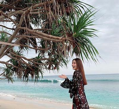 Indah Nicole di Pantai