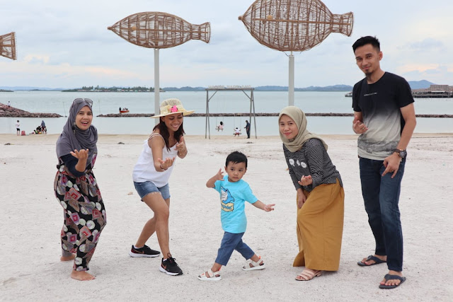 Main di pantai Harris Resomainrt Barelang
