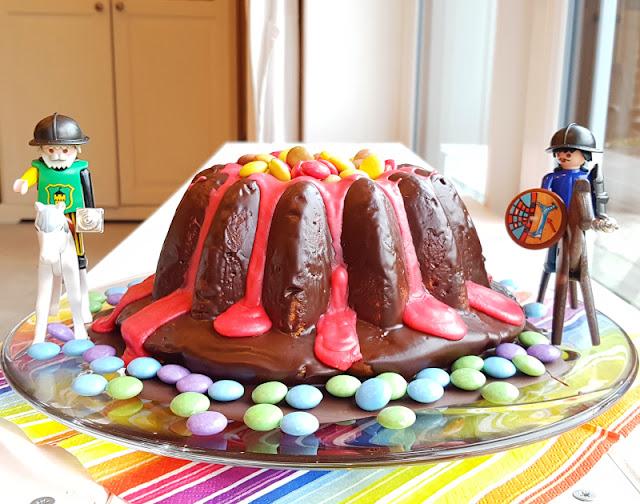 Rezept: Einfacher Vulkankuchen für den Kindergeburtstag. Ich zeige Euch auf Küstenkidsunterwegs Zutaten und Zubereitung für den Vulkan-Kuchen, der super zum Drachen-, Ritter- und Dinosaurier-Geburtstag passt!