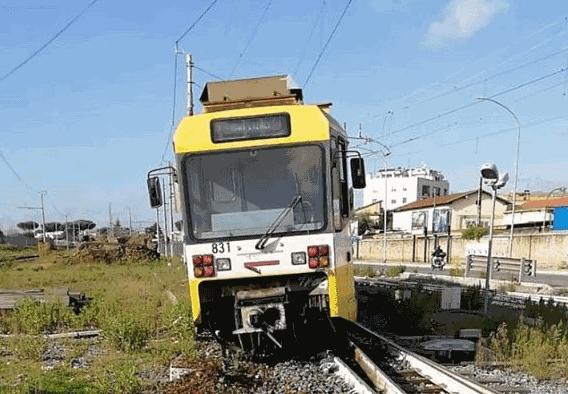 """Centocelle, deragliato il trenino della Termini-Giardinetti: """"Mezzi vecchi e usurati"""""""
