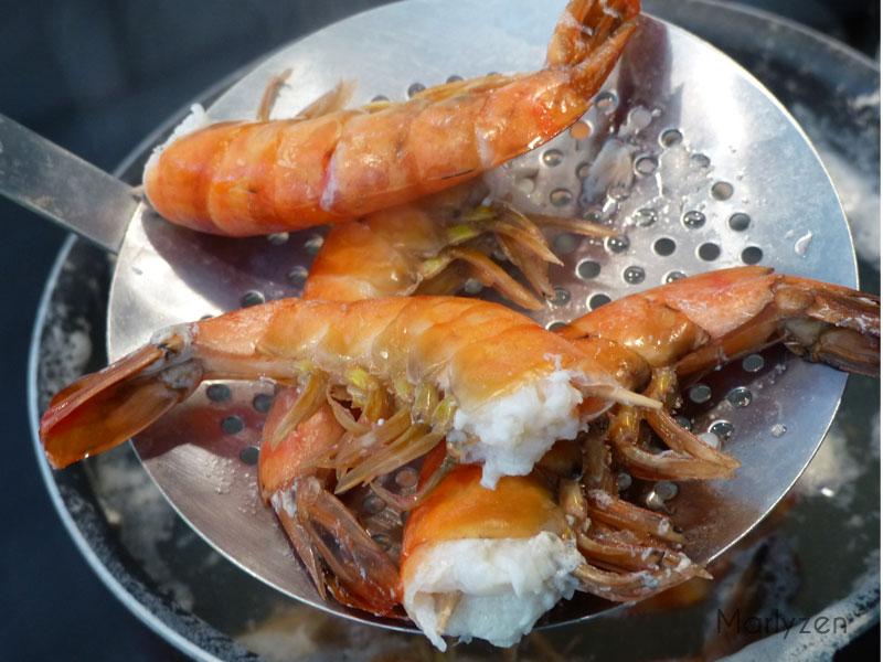Faites cuire les crevettes à l'eau.