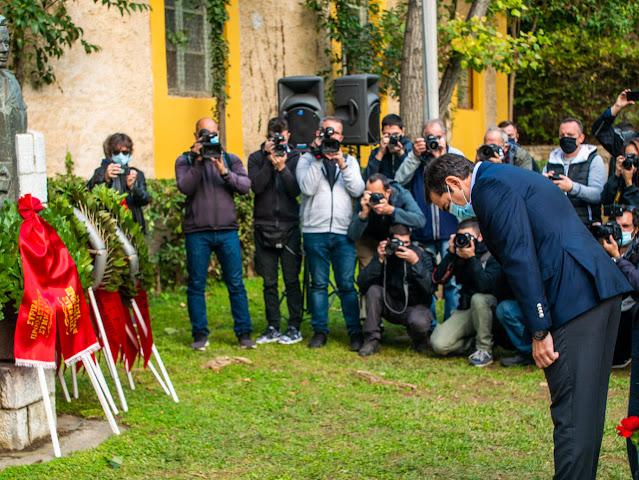 «Έσπασε» η απαγόρευση της κυβέρνησης: Στεφάνια στο ΕΑΤ – ΕΣΑ από ΣΥΡΙΖΑ, ΣΦΕΑ και άλλους φορείς – ΦΩΤΟ