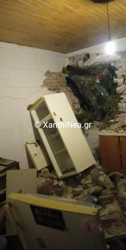 Απίστευτο: Αυτοκίνητο κατέληξε μέσα σε σπίτι στην Ξάνθη - ΦΩΤΟ