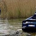 Dejó su Ferrari de 300 mil euros sin el freno de mano y se le hundió en un lago