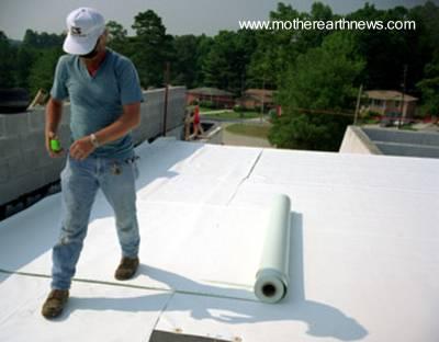 Colocación de membrana color blanco sobre techo