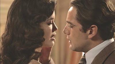 Durante discussão, Danilo (Rafael Cardoso) e Julia (Vitória Strada) se beijam, mas são flagrados por Piedade (Julia Lemmertz)