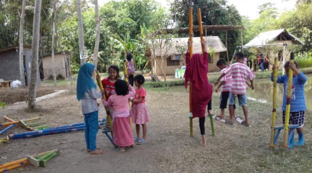 Minggu Ceria Bermain Egrang di Pasar Lumpur Pelosok Desa Kabupaten Jember