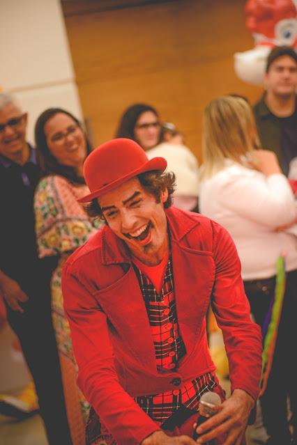 Show circense com apresentador comico de humor e circo para eventos empresariais.