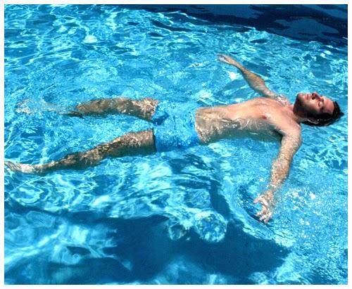 Enroque de ciencia por qu flotamos m s en el mar que en for Piscina que pierde agua