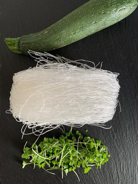 Glasnudel-Zucchini-Schale mit Microgreens, Rezept, glutenfrei, vegan, schnell, einfach, Asien, asiatisch, Nudelgericht, Growgrownut, Keimgrün