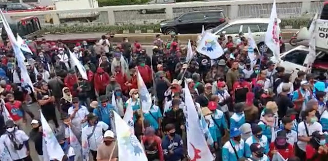 Ribuan Buruh Dari Berbagai Aliansi Terus Padati Gedung DPR