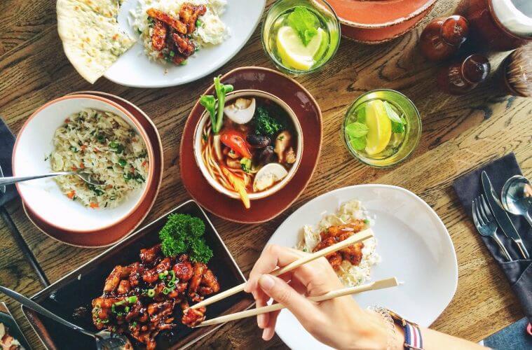 Khutbah Jum'at: Bagaimana Ketika Berpuasa disuguhi Makanan?